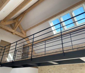 Passerelle intérieure avec son escalier acier/bois